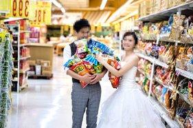 90后拍婚纱照太任性,超市室内拍出创意的婚纱照