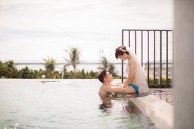 在海边无边际泳池拍一套比基尼婚纱照也是不错的